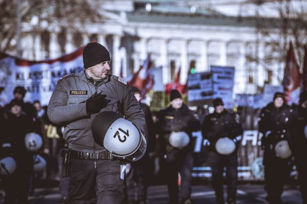 02.11.2017, AUT, Demonstration während der Angelobung der neuen Bundesregierung, im Bild Polizeibeamte die den Demonstrationszug begleiten // demonstration during the inauguration of the new federal government at the Heldenplatz in Vienna, Austria on 2017/12/18. EXPA Pictures © 2017, PhotoCredit: EXPA/ Florian Schroetter