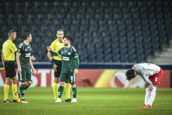 02.11.2017, Red Bull Arena, Salzburg, AUT, UEFA EL, FC Salzburg vs Konyaspor, Gruppe I, im Bild Takumi Minamino (FC Red Bull Salzburg), Oemer Ali Sahiner (Konyaspor), Ali Camdali (Konyaspor) // during the UEFA Europaleague Group I Match between FC Salzburg and Konyaspor at the Red Bull Arena in Salzburg, Austria on 2017/11/02. EXPA Pictures © 2017, PhotoCredit: EXPA/ Florian Schroetter