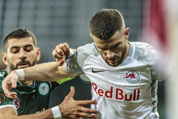 02.11.2017, Red Bull Arena, Salzburg, AUT, UEFA EL, FC Salzburg vs Konyaspor, Gruppe I, im Bild Valon Berisha (FC Red Bull Salzburg), Selim Ay (Konyaspor) // during the UEFA Europaleague Group I Match between FC Salzburg and Konyaspor at the Red Bull Arena in Salzburg, Austria on 2017/11/02. EXPA Pictures © 2017, PhotoCredit: EXPA/ Florian Schroetter